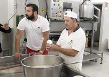 Démonstration de production de fromage de mozzarella à L Latte d'Amordi de `, une société qui produit tous les types de fromage d Photographie stock