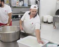 Démonstration de production de fromage de mozzarella à L Latte d'Amordi de `, une société qui produit tous les types de fromage d Photos libres de droits