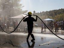 Démonstration de sapeurs-pompiers avec l'homme en silhouette image libre de droits