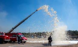 Démonstration de sapeurs-pompiers d'équipement de lutte contre l'incendie image stock
