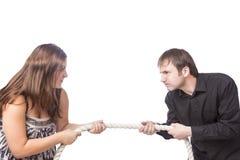 Démonstration des problèmes de famille et séparation émotive de la famille en remorquant une corde dans le studio photographie stock