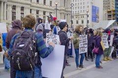 Démonstration et protestation march à Philadelphie - à PHILADELPHIE - en PENNSYLVANIE - 6 avril 2017 Image stock