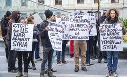 Démonstration et protestation march contre l'atout et la guerre en Syrie - à PHILADELPHIE - en PENNSYLVANIE - 6 avril 2017 Photographie stock libre de droits