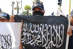 Démonstrations liées à la combustion du drapeau de Tawhid photos stock