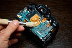 Démontage de concept et réparation de plan rapproché numérique d'appareil-photo de SLR sur le verre noir avec des outils photographie stock libre de droits