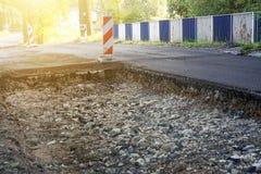 Démontage de l'asphalte, réparation de la route, grand puits sur l'asphalte image stock