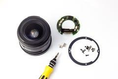 Démontage et réparation d'une lentille de photo, nettoyant le verre photos stock