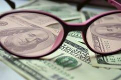 Dénominations de $ 100 par les verres roses Photos stock
