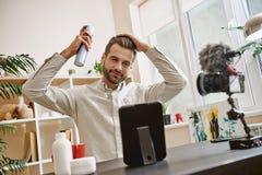 Dénommer des cheveux Épisode visuel de enregistrement de blog de blogger masculin gai de beauté au sujet de nouvelle laque image libre de droits