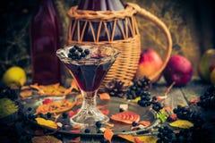 Dénommer en verre de vintage d'automne de chokeberry de teinture Image libre de droits