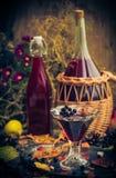 Dénommer en verre de vintage d'automne de chokeberry de teinture Image stock
