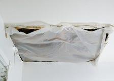Dépannage rapide de panneau de plafond effondré, plan rapproché Image stock