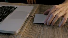 Dépanneur d'ordinateur portable travaillant avec un tournevis, sur la table un ordinateur portable et un ensemble de dépanneur de clips vidéos