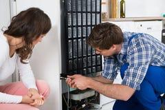 Dépanneur Repairing Refrigerator photographie stock