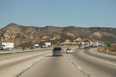 Dépanneuses et d'autres véhicules circulant sur l'autoroute d'un état à un autre Images libres de droits