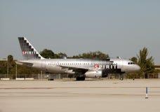 Départ d'avion à réaction de compagnies aériennes d'esprit Image libre de droits
