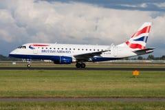 Départ d'avion de passagers de British Airways Embraer 170 G-LCYH à l'aéroport d'Amsterdam Schipol photographie stock libre de droits