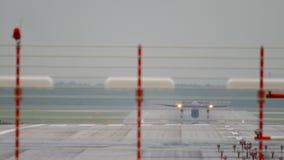Départ d'avion de turbopropulseur à la pluie banque de vidéos