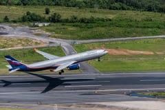 Départ d'avion de voie aérienne d'Aeroflot à l'aéroport de Phuket Images libres de droits