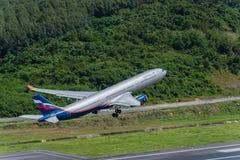 Départ d'avion de voie aérienne d'Aeroflot à l'aéroport de Phuket Photos stock