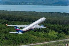Départ d'avion de voie aérienne d'Aeroflot à l'aéroport de Phuket Image stock