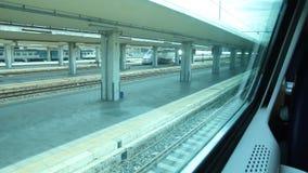 Départ d'une vue de train à une fenêtre d'un autre train banque de vidéos