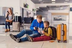 Départ de attente de famille à l'aéroport Photo libre de droits