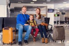 Départ de attente de famille à l'aéroport Photos stock