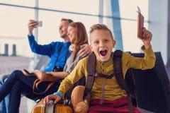Départ de attente de famille à l'aéroport Images libres de droits