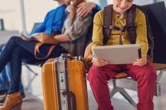 Départ de attente de famille à l'aéroport Photographie stock libre de droits