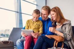 Départ de attente de famille à l'aéroport Images stock