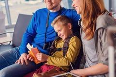 Départ de attente de famille à l'aéroport Image stock