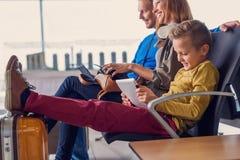 Départ de attente de famille à l'aéroport Photo stock