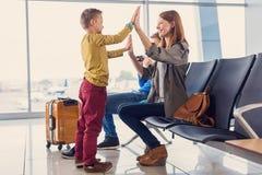 Départ de attente de famille à l'aéroport Photos libres de droits