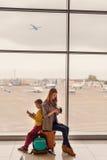 Départ de attente de famille à l'aéroport Image libre de droits