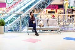 Départ de attente de jeune femme dans l'aéroport international Image libre de droits