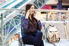 Départ de attente de jeune femme dans l'aéroport international Images stock