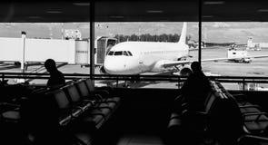 Départ de attente de personnes dans l'aéroport Photographie stock libre de droits