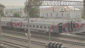 Départ de fond du train de voyageurs à la petite station Uzunovo banque de vidéos