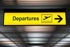 Départ de signe d'aéroport et conseil d'arrivée photographie stock
