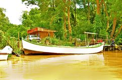 Départ du bateau excursion sur la rivière Kamchia en Bulgarie image stock