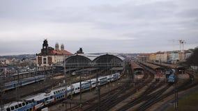 Départ et arrivée différents de trains sur la station de train centrale à Prague banque de vidéos