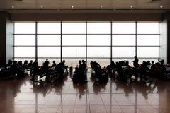 Départ se reposant et de attente de personnes dans l'aéroport Photographie stock libre de droits