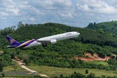 Départ thaïlandais d'avion de voie aérienne à l'aéroport de Phuket Images libres de droits