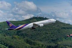 Départ thaïlandais d'avion de voie aérienne à l'aéroport de Phuket Photos stock