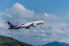 Départ thaïlandais d'avion de voie aérienne à l'aéroport de Phuket Image stock