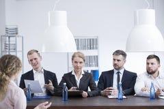 Département d'heure parlant à l'employé Image stock