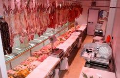 Département de viande avec les saucisses italiennes typiques Photographie stock libre de droits