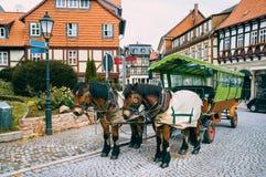 Départs de attente de visite de chariot de cheval dans Wernigerode, Germa Images libres de droits