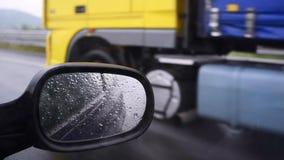 Dépassement d'un camion sous la pluie banque de vidéos